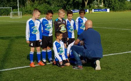 De eerste teams staan op de foto voor de Voetbalplaatjesactie!