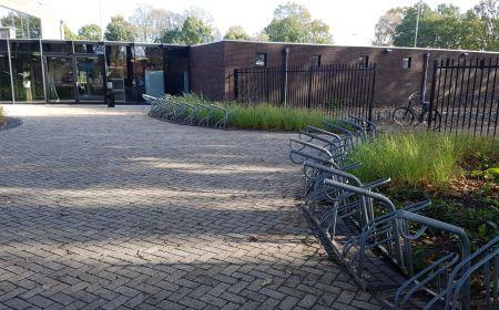 Tijdelijke fietsenstalling wegens bestrating